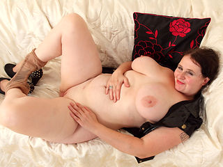 Busty BBW milf Jane from England works her creamy cunny