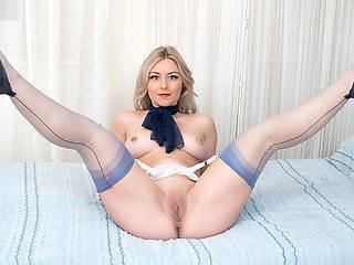 Cute blonde hottie Elle Hunter masturbates in nylons heels