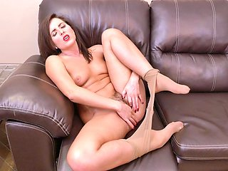 Video of brunette cougar Helena Price playing with her pussy