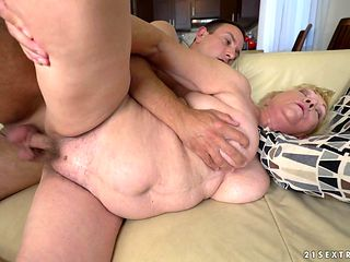 Mature with big ass gets her mouth stretched by thick erect schlong of hot bang buddy