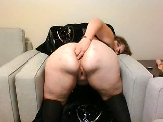 THICC GOTH BAE WEARING BUTT PLUG SQUIRTS AND QUEEFS WITH DILDO AND VIBRATOR