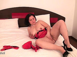 Naughty Housewife Playing With Her Pussy On Her Bed - MatureNL