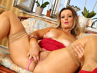 Curvaceous milf Mia gives her pussy the attention it craved