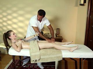 Alluring massage babe deepthroats fat cock