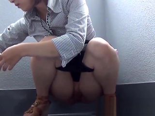 Amateur Oriental businesswoman caught pissing by voyeur