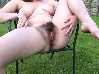 Beryl – sexy pee outside