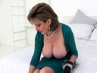 Adulterous british milf lady sonia shows her massive 91cgR