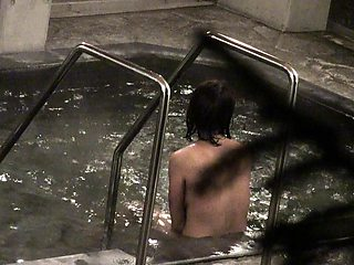 Amateur Japanese lady takes a bath and exposes her sexy body