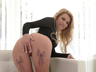 Shaved pussy pornstar dildo with cumshot