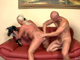 Blonde gives unbelievable oral pleasure to hard dicked dude by sucking his rod