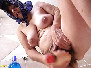 Dirty 73 years old granny peeing at the bathtub