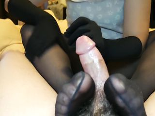18 YEARS OLD GLOVED TEEN WITH NYLONS MAKES GUY SHOT A MASSIVE CUMSHOT - 4K