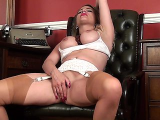 Homemade video of naughty MILF Patricia Forbes playing with her pussy