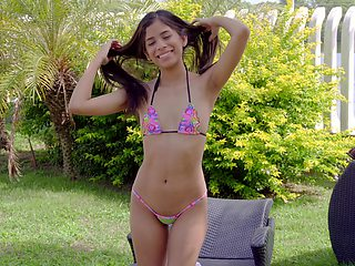 Natural body model Karin Torres teases with her tiny bottom