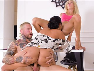 Mom and daughter in crazy home scenes of perfect threesome
