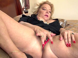Blonde porn girl can't live a day without toying her bush