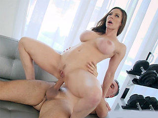 MILF wants to cancel her gym membership but it is not easy