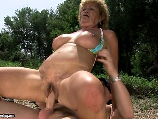 Mature Effie with round butt finds man sexy and takes his hard ram rod in her mouth