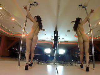 Darisha pole dance