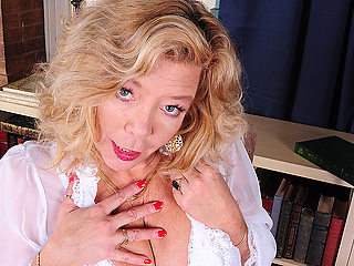 Hot American Housewife Getting Ready To Please Herself - MatureNL