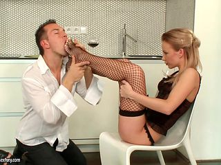 Slim babe in fishnets Allison gets her toes sucked