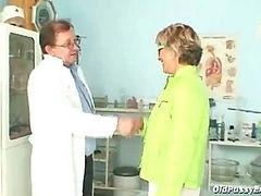 Older Vanda gyno pussy speculum checkup at gyno clinic