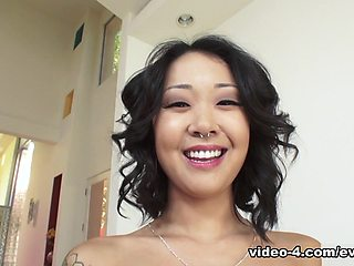 Saya Song & Eric John & Perv City dans Lusty Deep-Throater asiatique - EvilAngel