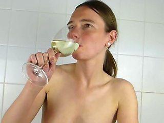 Perverses ferkel lutscht und trinkt pisse!