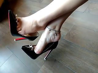 BEAUTIFUL FEET IN HIGH HEELS