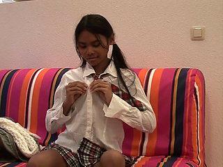 Thai Schlampe fingert sich nach geilem fick mit deustchem